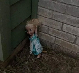 دمية ترسل رسالة تهديد لـ شاب بعد شرائه منزلا جديدا