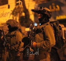 قوات الاحتلال تعتقل شاب وتخطر بوقف العمل في ثلاثة منازل في الضفة