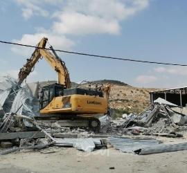 """جرافات جيش الاحتلال تهدم عدة """"بركسات"""" في نابلس"""