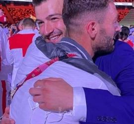 """الشقيقان محمد وعلاء.. عناق سوري """"يخطف الأضواء"""" في الملعب الأولمبي"""