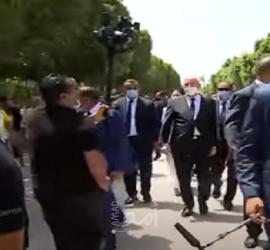 الرئيس التونسي يصل إلى شارع الحبيب بورقيبة في جولة مفاجئة - فيديو