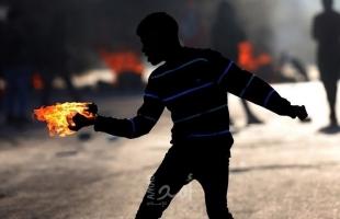 """شبان يستهدفون """"برج مراقبة"""" لقوات الاحتلال بالزجاجات الحارقة في الخليل"""
