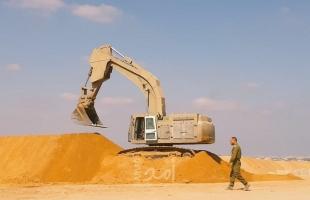 بالفيديو.. قوة الهندسة الإسرائيلية تواصل إقامة سواتر ترابية قرب السياج الفاصل شرق غزة