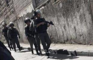 """قوات الاحتلال تعتقل """"فتى"""" بعد مداهمة منزله بالقدس"""