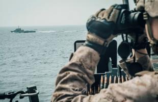 البحرية الأميركية تنشر فيديو يوثق تصرف خطير لسفن حربية إيرانية