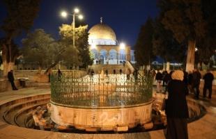 """بالفيديو والصور.. الآلاف يشاركون في """"صلاة الفجر"""" بالمسجد الأقصى والحرم الإبراهيمي"""