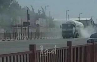 غزة: إغلاق مفترق دير البلح شارع صلاح الدين لاشتعال إطارات شاحنة غاز