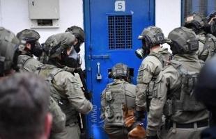 """قوات القمع تقتحم معتقل """"النقب"""" وتعبث بمقتنيات المعتقلين"""