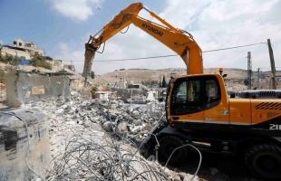 قوات الاحتلال تهدم سورا في حزما وتخطر بهدم منشآت أخرى في الجديرة