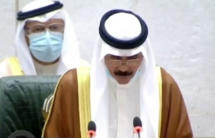 بكاء الشيخ نواف الأحمد خلال مراسم التنصيب