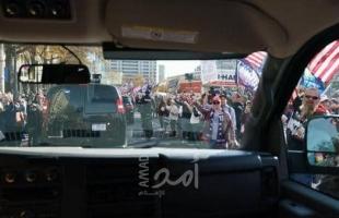 """محدث: ترامب ينزل بسيارته.. ويحيي المحتجين على """"تزوير الانتخابات"""