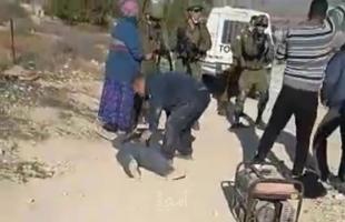 شاهد..  جندي إسرائيلي يطلق النار على شاب فلسطيني من مسافة صفر بالخليل