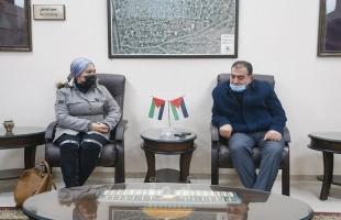 ممثلين من المركز الفلسطيني لقضايا السلام وجمعية قلقيلية النسائية يزوران بلدية قلقيلية