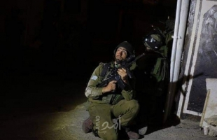 قوات الاحتلال تشن حملة اعتقالات في الضفة وتنصب حواجز وتفتش مركبات المواطنين بالقدس