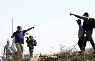 الخليل: جيش الاحتلال يمنع مواطنًا من بناء جدار استنادي في محيط أرضه
