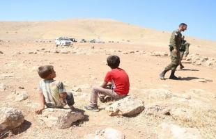 سلطات الاحتلال تداهم خربة ابزيق بالأغوار الشمالية وتسلم إخطارات بالهدم