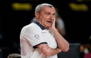 طوكيو 2020: الإسرائيلي رونين جينزبورغ مدرب منتخب كرة السلة التشيكي يصافح نظيره الإيراني