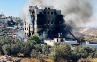طواقم الدفاع المدني تخمد حريقاً هائلاً اندلع في عمارة سكنية بالخليل- صور