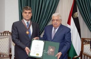 الرئيس عباس يقلد اللواء حازم عطا الله وسام نجمة القدس العسكري لمناسبة نهاية خدمته