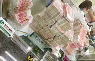 عقاب غريب لموظفى بنك من مليونير