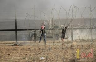 """شبان يقتحمون السياج الفاصل شرق غزة ويحرقون """"دشمة"""" لجيش الاحتلال"""