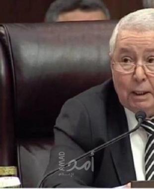 بالفيديو.. تحول من صحفي إلى رئيس الجزائر.. إليك ما نعرفه عن الراحل عبد القادر بن صالح