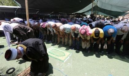مواطنون يؤدون صلاة الجمعة على الشارع الذي جرفه جيش الاحتلال شرق طوباس