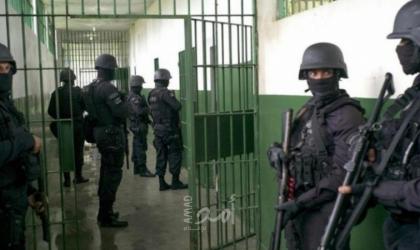 """قوات القمع تقتحم سجن """"عوفر"""" وترش الأسرى بالغاز في قسمي (21) و(22)"""