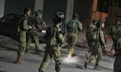 جيش الاحتلال يداهم مخرطة ويستولي على معدات بالخليل واندلاع مواجهات مع الشبان في رام الله