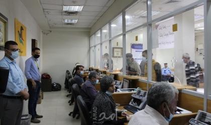 بدء صرف المنحة القطرية للأسر الفقيرة في قطاع غزة- صور