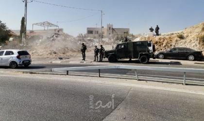 """محدث.. جيش الاحتلال يعتقل (11) مواطناً بالضفة ويهدم محال تجارية بـ""""حزما"""" في القدس"""