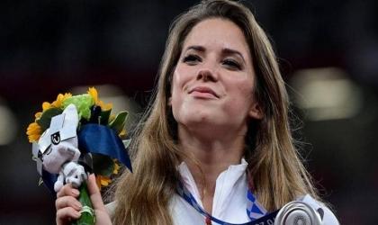 حسناء أولمبياد طوكيو تتبرع بميداليتها لإنقاذ طفل من الموت