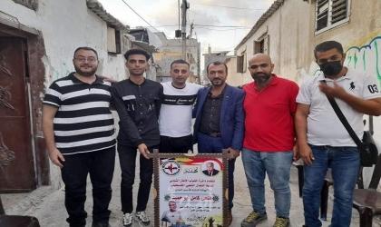 وفد من دائرة الشباب يقدم التهنئة للأسير أبو حميد بعد قضاء 19عاماً بسجون الاحتلال