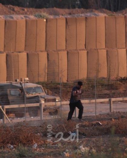 شبان يقتحمون السياج الفاصل ويستولون على معدات عسكرية شرق خانيونس