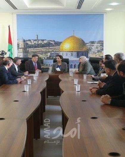 """رئيس الإحصاء الفلسطيني تزور جامعة الاستقلال وتخرج دورة """"التحليل الاحصائي المتقدم"""""""