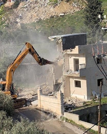 سلطات الاحتلال تجبر مقدسيًا على هدم منزله في جبل المكبر