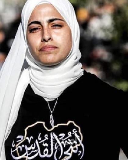 مستوطن يعتدي على الناشطة منى الكرد وشرطة الاحتلال تعتقلها