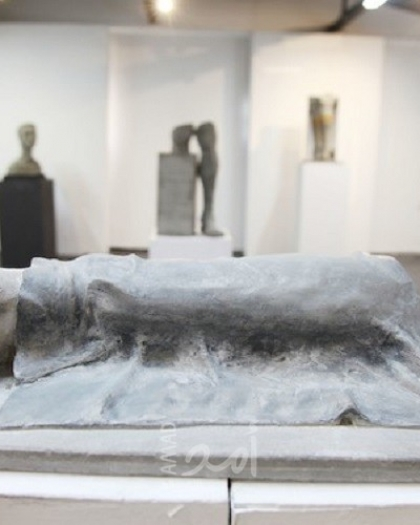 غزة: فنان تشكيلي يقفُ مع مبتوري الأرجل عبر فنّه المجسد - صور
