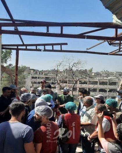 السفير عبد الهادي يتفقد مخيم اليرموك ويتطلع على أعمال إزالة الركام من منازل الأهالي